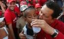 Elders in de wereld is Chavez een voorbeeld en een vijand