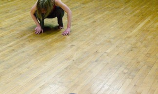 Drie dansers doen aan moderne dans