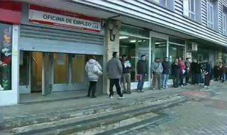 In de rij voor het Spaanse arbeidsbureau (screenshot Al Jazeera Inside Story)