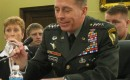Waarom Petraeus niet en Clinton wel de oren werd gewassen