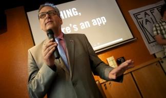 """Henk Krol bij de lancering van de anti homogeweld app """"Bashing"""" in Café Kalff in Utrecht - Sebastiaan ter Burg"""