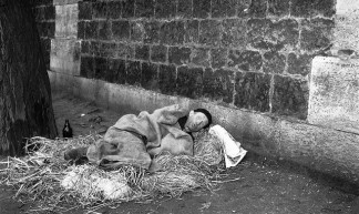 Clochard overnacht onder brug in Parijs / French tramp spending the night under a bridge in Paris - Nationaal Archief