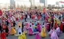 Noord-Koreanen dansen alsof er niets aan de hand is