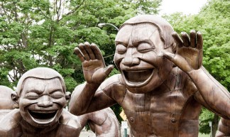 """Amazing Laughter"" sculpture by Yue Minjun - Matthew Grapengieser"