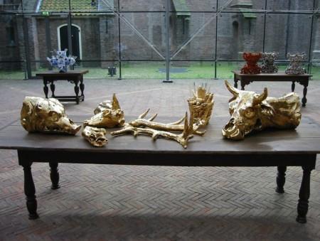 © Guido Geelen Gouden dierschedels met maisvaasbeeld, 2003 a