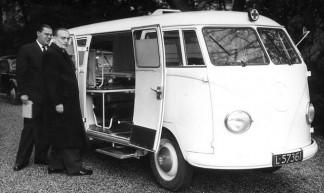 Dr . Willem Drees Sr. met VW T1 bus L-57361, Den Haag 1953 - Tuuur