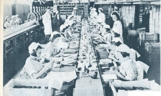 chocoladefabriek, inpakken aan lopende band 1940 - janwillemsen