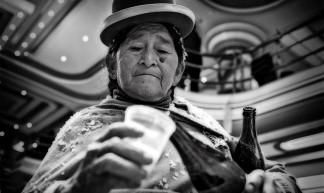Cholita z browarem 2 - La Paz, Bolivia - Szymon Kochański