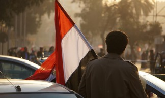 Man carrying Egyptian flag - Sebastian Horndasch