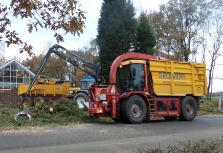 Figuur 1. Productiviteit in beeld: één man die een grommende en blazende machine bestuurt kan in één dag een grote berg omgehakte bomen versnipperen waar men vroeger een ploeg werklieden voor nodig had.