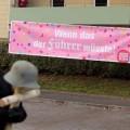 Hoe protesteer je tegen een jaarlijkse neo-nazi-bijeenkomst in een klein dorp? Door…