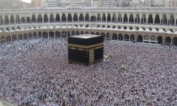 Kaaba with a large crowd - Fraz Ismat