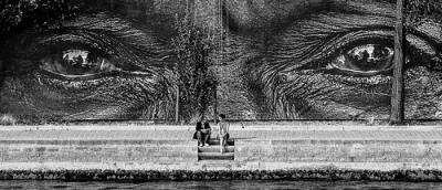 cc Flickr Franck Vervial photostream Le voyeur, par Franck Vervial - Le voyeur (naar een origineel van street art kunstenaar JR).
