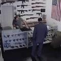 Wat gebeurt er als je ieder wapen dat je verkoopt voorziet van een label waarop…