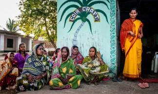 De vrouwen van Shanti Dan bij hun touwfabriekje