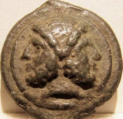 Bronsstuk met Janus, derde eeuw v.Chr.; deze munt weegt ruim drie ons (Rome, Palazzo Massimo)