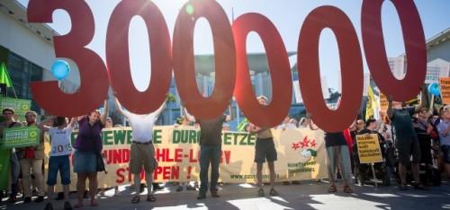 300.000 handtekeningen voor het uitfaseren van kolen en een aantal protesten hebben niet geholpen: de Duitse overheid gaf toe aan de kolenbelangen. (Foto Christian Mang / Campact, CC BY-NC 2.0)