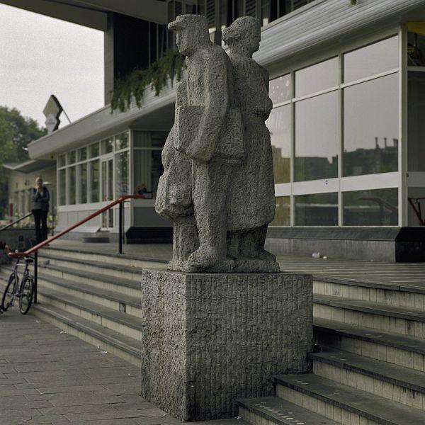 cc commons.wikimedia.org Beeldhouwwerk, staat voor het NS stationsgebouw - Venlo - 20397499 – RCE