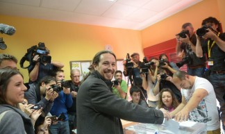 Podemos-voorman Pablo Iglesias in het stembureau