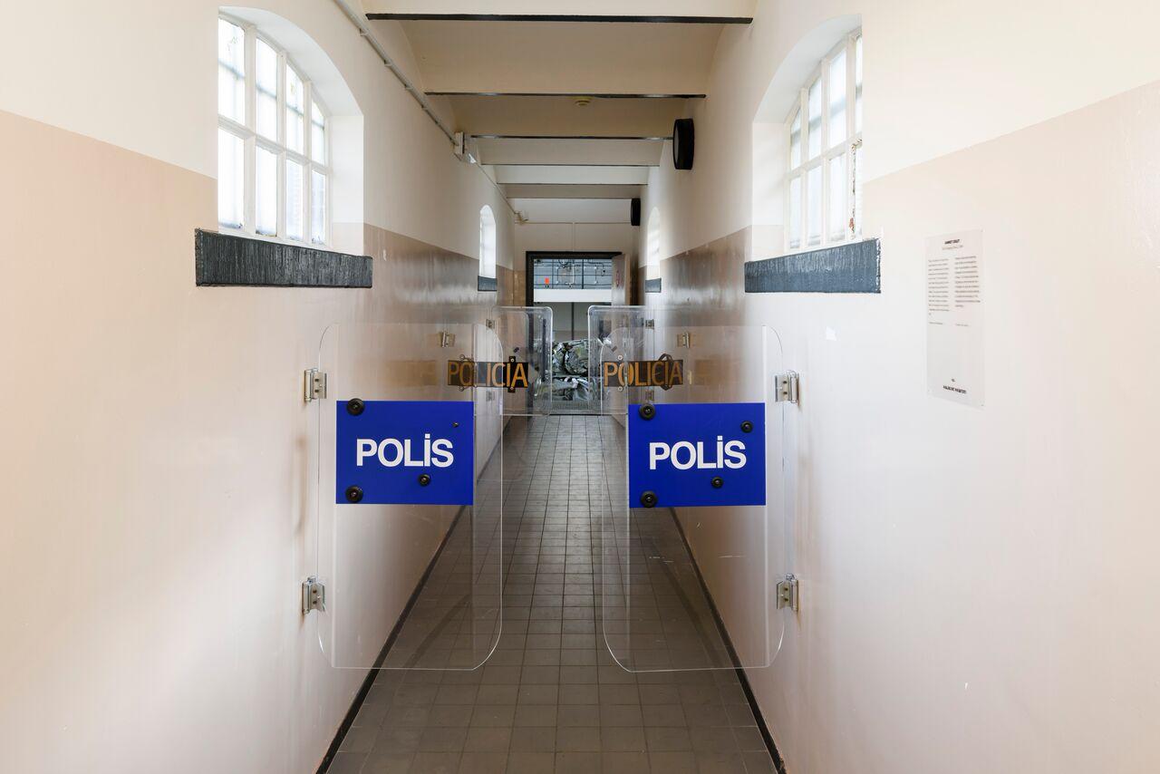 © Ahmet Ögüt, The Swinging Doors (installatie in het Van Abbemuseum, Eindhoven), 2009, origineel rellenschild, set van 3; 90 x 52,5 cm elk, courtesy van de kunstenaar