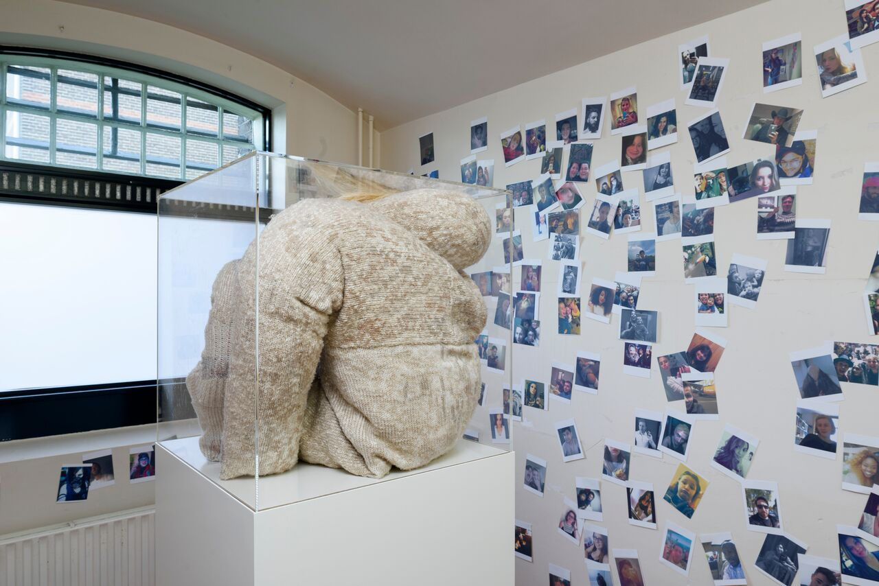 © Gijs Assmann, Sinnepop (I), 1999, keramiek en wol, 1,95 x 1,32 x 1,57 m, courtesy van Galerie Nouvelles Images, Den Haag foto Maurice Scheltens
