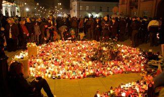 Warsaw mourning after airplane crash in Smolensk - Aleks Grynis