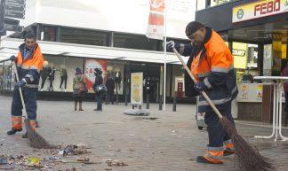 Roteb straatvegers aan het werk op nieuwjaarsdag - Ritzo ten Cate