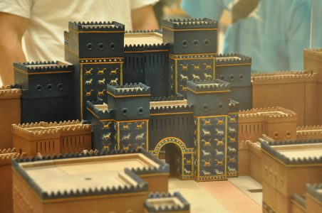 Maquette van de Ishtarpoort in Babylon. Pergamon Museum.