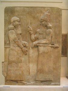 Een relief uit het Louvre, met rechts Sargon II en links (waarschijnlijk) Sanherib.