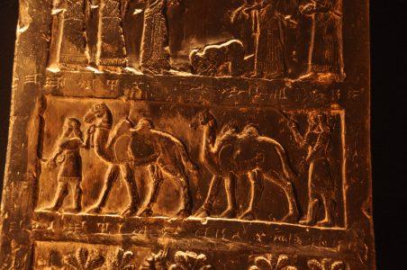 Plaatselijke vorsten uit het Zagrosgebergte brengen tribuut in de vorm van kamelen. Zwarte Obelisk van Salmanasser III (r. 858-824 v. Chr.)