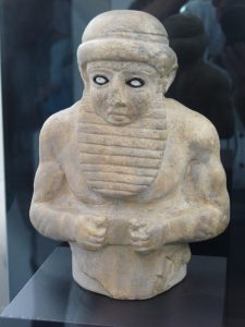 Priesterkoning (ensi) van Uruk. Pergamonmuseum, Berlijn.