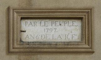 """""""Van het volk"""". Gedenkplaat voor de Franse Revolutie, geplaatst in het zesde jaar van de revolutie, op een muur in Haut-de-Cagnes (Alpes-Maritimes, France) Bron"""