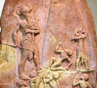 Stele van Naram-Sin ter ere van zijn overwinning op de Lullubi in het Zagrosgebergte. Louvre, Parijs.
