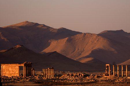 De ruïnes van Palmyra met de Palmyreense bergrug op de achtergrond. Foto van James Gordon, 7 oktober 2006.
