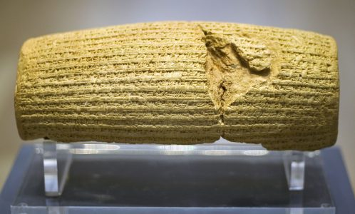 De Cyrus Cylinder. Deze Babylonische bouwinscriptie opgesteld in opdracht van Cyrus diende om Cyrus te presenteren als een vrome en deugdzame Mesopotamische koning.