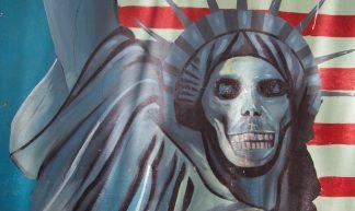 Grafitti an der Mauer der ehemaligen US-Botschaft - qiv