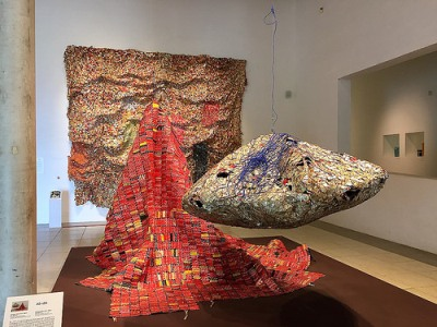 cc Flickr FaceMePLS photostream El Anatsui - Trapholt Museum Kolding AG + BA (2014) by Ghanaian sculptor El Anatsui (born 1944)
