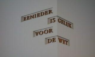 cc Vysotsky (Wikimedia) Een ieder is gelijk voor de wet Nederlandse grondwet, Artikel II-20. Citaat op muur in gebouw Raad van State, Den Haag, mei 2017