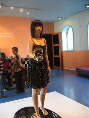 cc Flickr Joep de Graaff Liu Ding - Girl standing on a Kidney holding a Skull 2006-2007-2