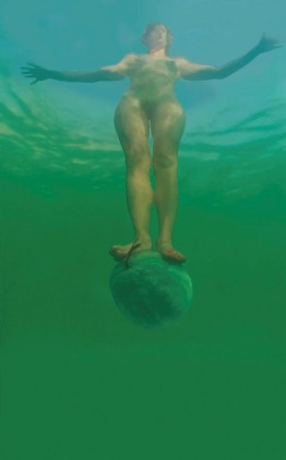 Sigalit Landau, 'Staand op een watermeloen in de Dode Zee', 2005, video, © Sigalit Landau. Collectie van de kunstenaar