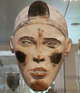 Masker van de nganga Diphomba, d.w.z. gedragen door iemand die de rituelen beheerst (Afrikamuseum, Tervuren; ©Livius.org)