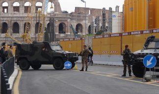 © foto Aart G. Broek 2017 - bewaking tegen islamitische aanslagen bij Colosseum in Rome