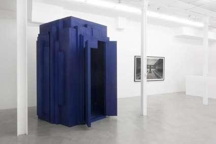 © Levi van Veluw, The Chapel, installation, 200 x 200 x 300cm, wood, cobalt ink, uit de serie Veneration, 2017