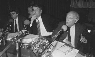 https://commons.wikimedia.org/wiki/File:Verkiezingsdebat_tussen_lijsttrekkers_CDA,_PvdA_en_VVD_in_Hilversumse_VARA-radio,_Bestanddeelnr_933-6506.jpg