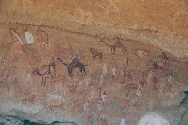Huizen, vee, dromedarissen, jagers en een krijger op een dromedaris (Wadi Imla; (c) Livius.org)