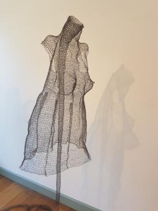 © Sargasso eigen foto Textiel Biënnale 2019 Museum Rijswijk, Monika Supé – Kleiderkörper I, 2015.