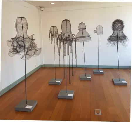 © Sargasso eigen foto Textiel Biënnale 2019 Museum Rijswijk, Monika Supé – Kopfmäntel, 2017, installation view Rijswijk