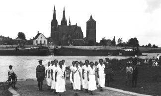 Overtocht over de Maas bij Cuijk tijdens Nijmeegse vierdaagse - Brabant Bekijken