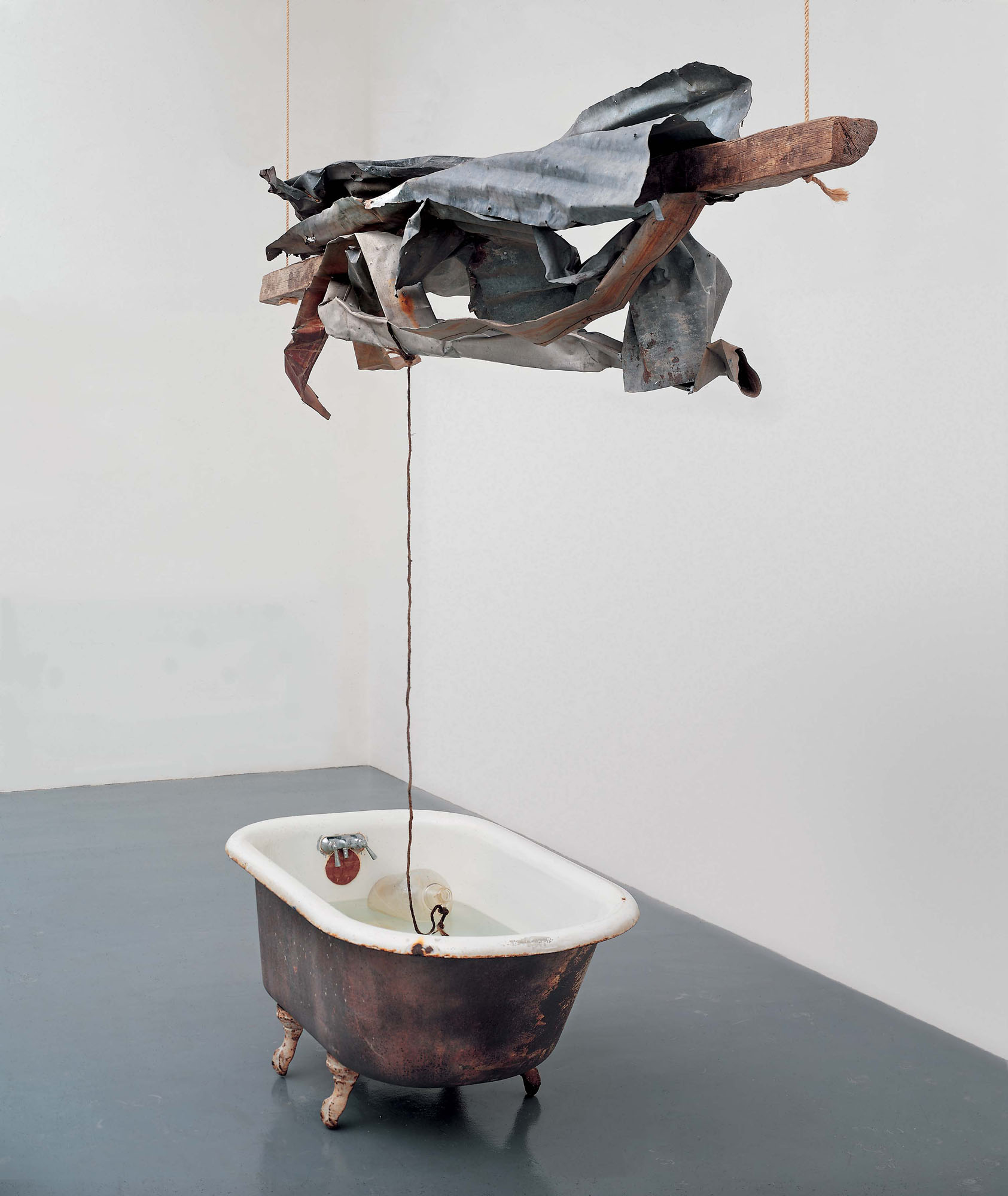 © Rauschenberg Foundation Sor Aqua (Venetian) 1973. Water-filled bathtub, wood, metal, rope, and glass jug, 98 x 120 x 41 inches (248.9 x 304.8 x 104.1 cm), The Museum of Fine Arts, Houston