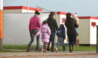 Uitgaande schoolkinderen binnen het aanmeldcentrum in Ter Apel - Directie Voorlichting